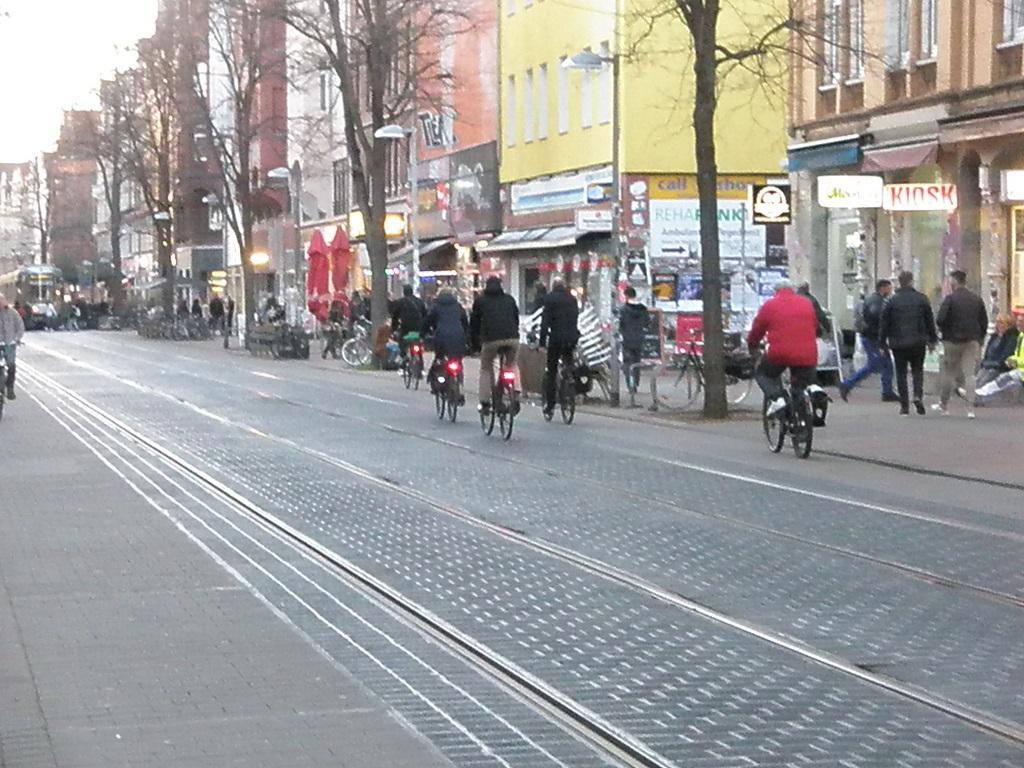 Linie 10 auf der Limmer Fahrräder im Gleisbereich.jpg
