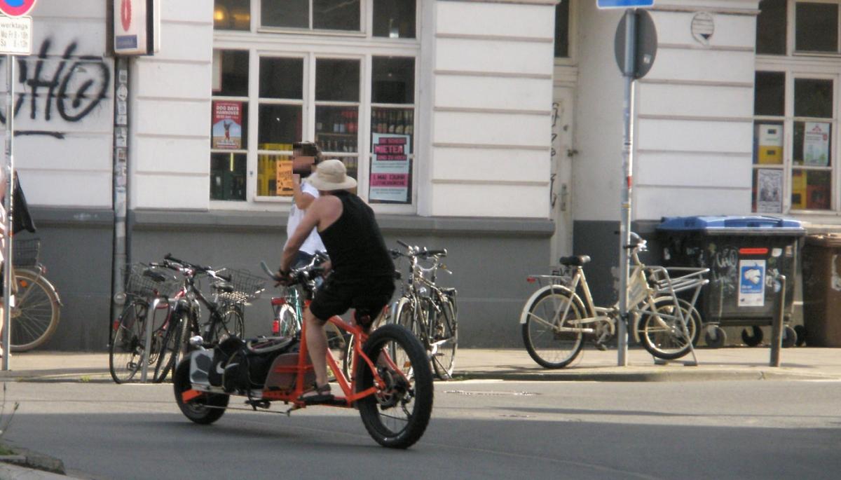 Lastenfahrrad mit Monsterbike-Rädern vor Getränkekult.jpg