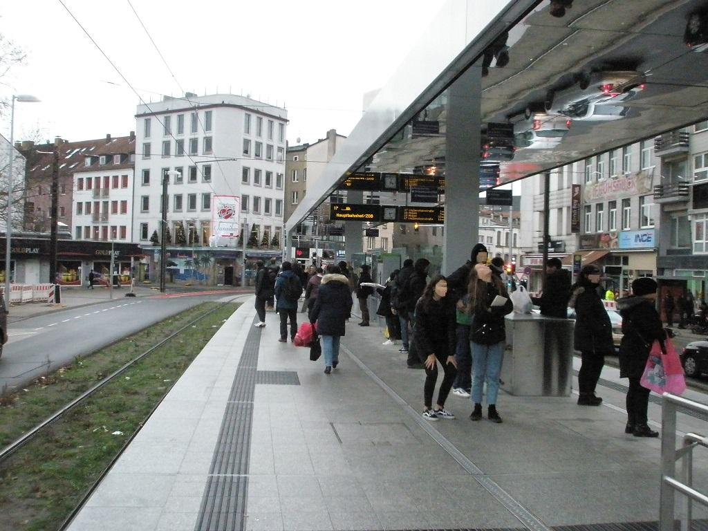 Proj 10 17 Hochbahnsteig Steintor Passanten bestaunen Spiegeldecke.jpg