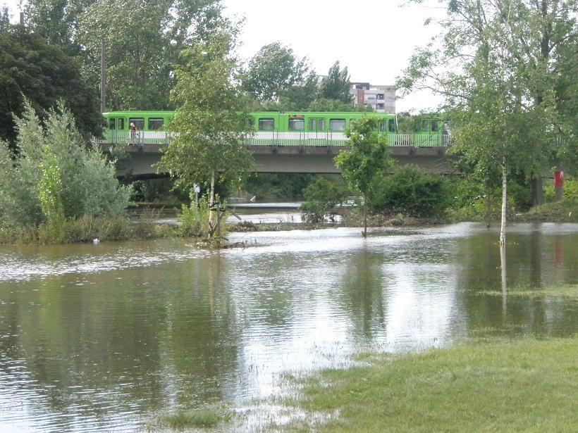Hochwasser Ihmeufer Ende Juli 17 mit Linie 10 auf Brücke.jpg