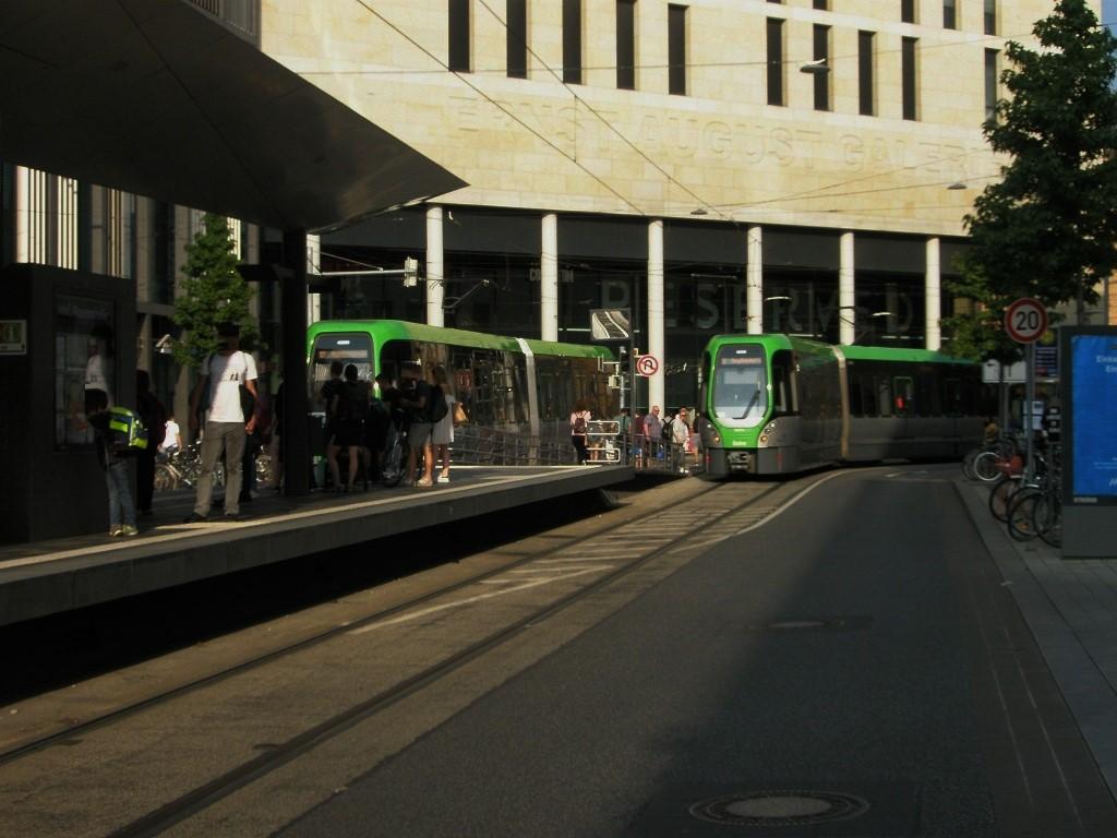 Proj 10 17 zwei TW 3000 am Hochbahnsteig Rosenstraße.jpg