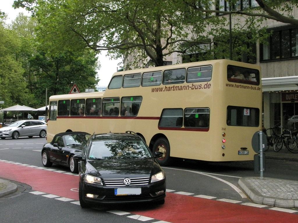 Mercedes Eineinhalbdecker Oldtimerbus in der Georgstraße 2.jpg