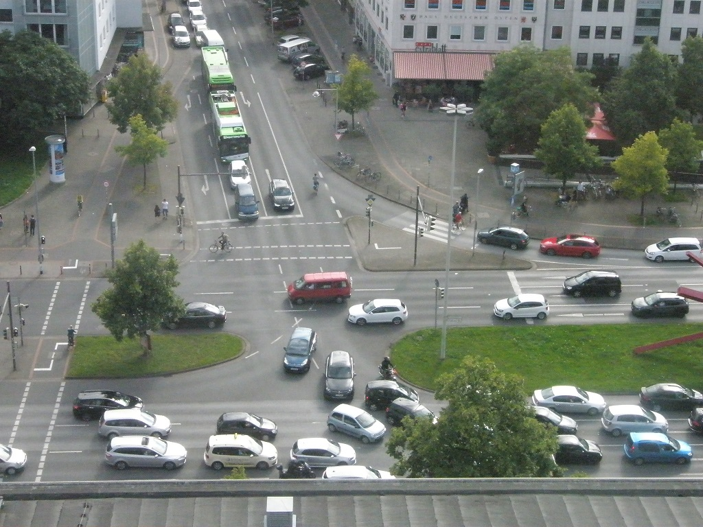 Solaris E-Bus steckt im Autostau fest Königsworther Platz Mitte Aug 17.jpg