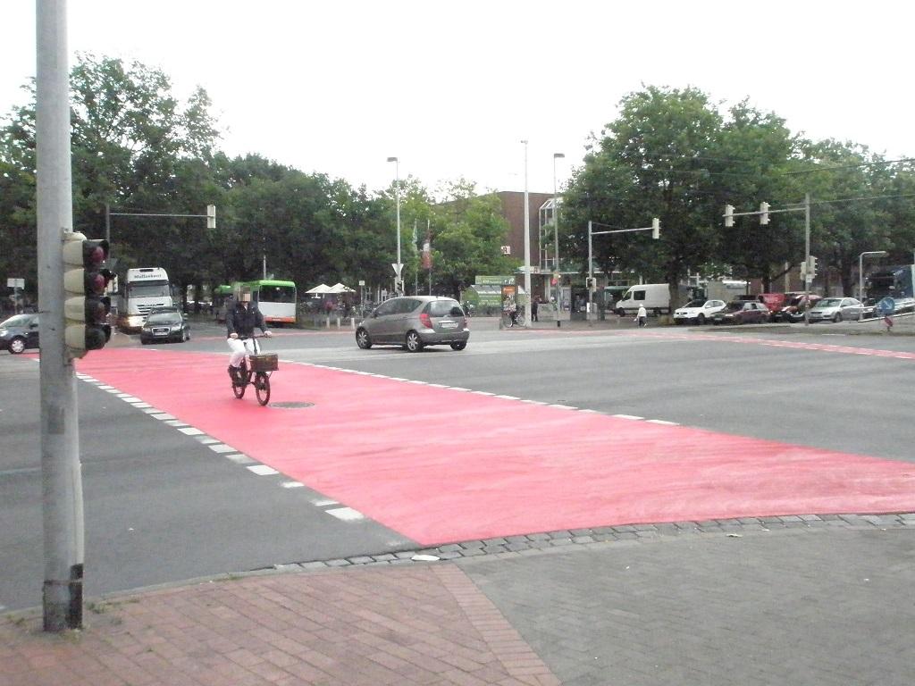 Rotmarkierung Fahrradfurten Vahrenwalder Straße Ecke Niedersachsenring.jpg
