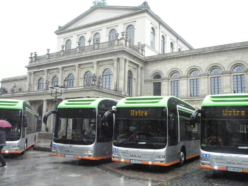 MAN Hybrid auf Opernplatz.jpg
