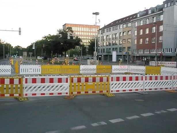 Proj 10 17 Juli 2016 Gleistragplatten hinter Absperrung.jpg