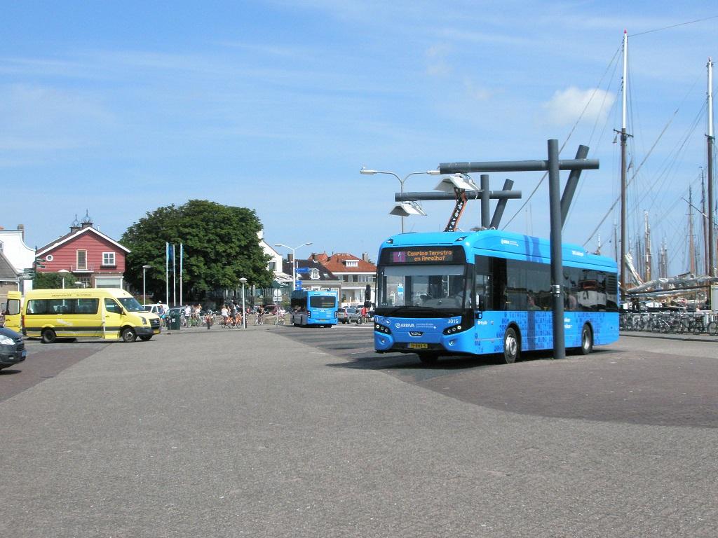 Terschelling Elektrobusse am Hafen beim Aufladen.jpg