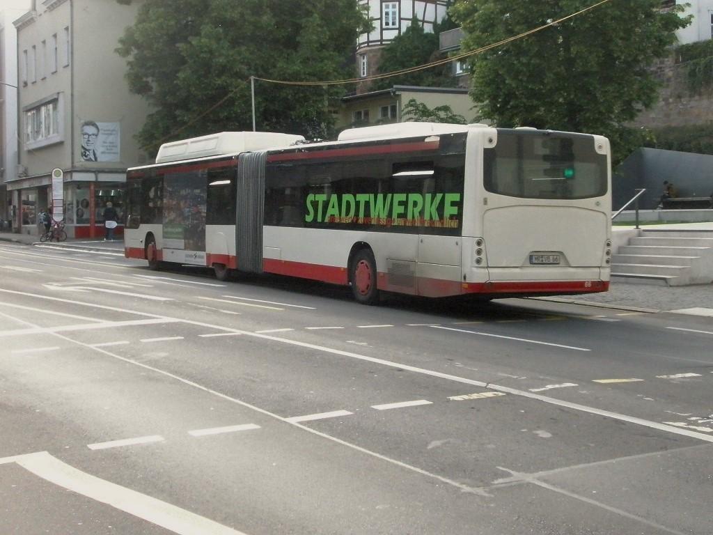 Marburg Gelenkomnibus neoplan mit nur noch einer Radabdeckung Juni 2019.jpg