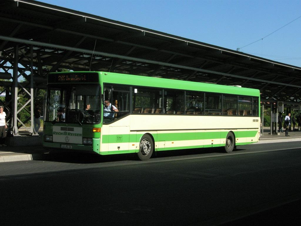 Lüneburg Bahnhof Sommer 2015 Mercedes grün weiß.jpg