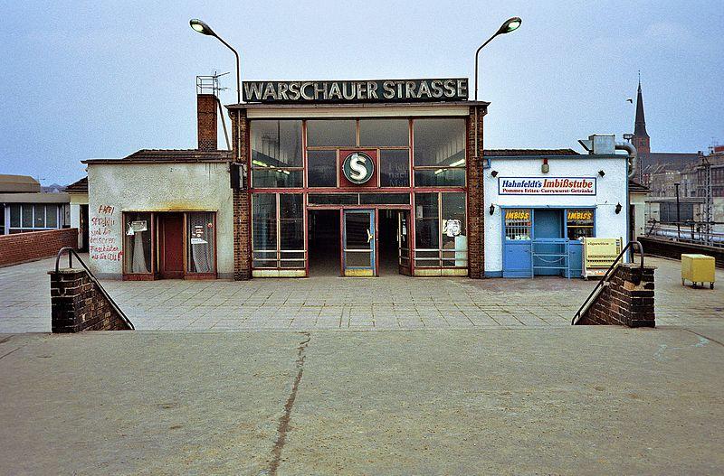800px-Bahnhof_Warschauer_Stra%C3%9Fe_1990.jpg
