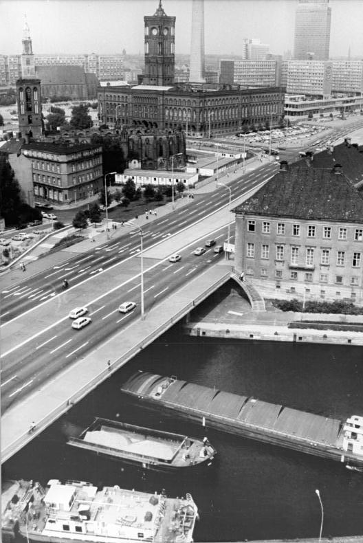 Bundesarchiv_Bild_183-T0913-0301%2C_Berlin%2C_M%C3%BChlendammbr%C3%BCcke%2C_Rotes_Rathaus.jpg