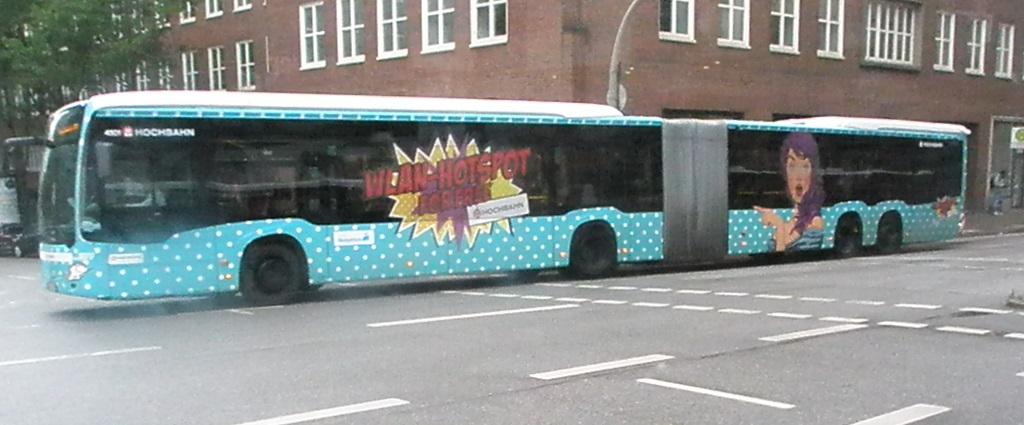 Doppelgelenkbus Hamburg mit Werbung.jpg
