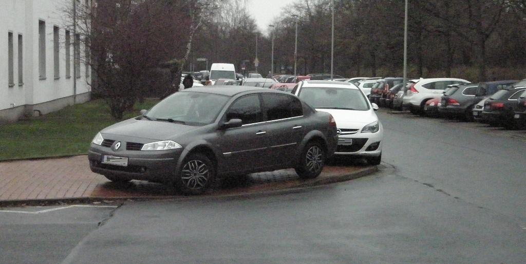 Falschparker auf Bordsteinabsenkung 2.jpg