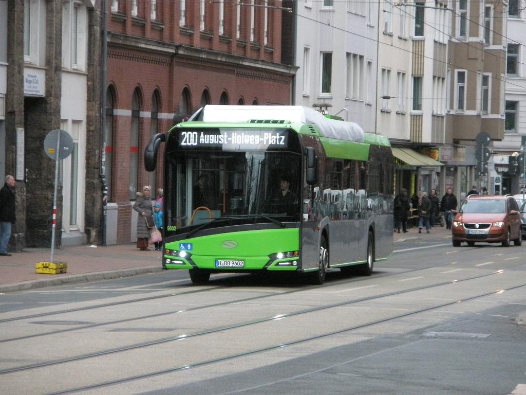 Solaris E-Bus fährt in Falkenstraße wg Blaues Wunder Fest A.jpg