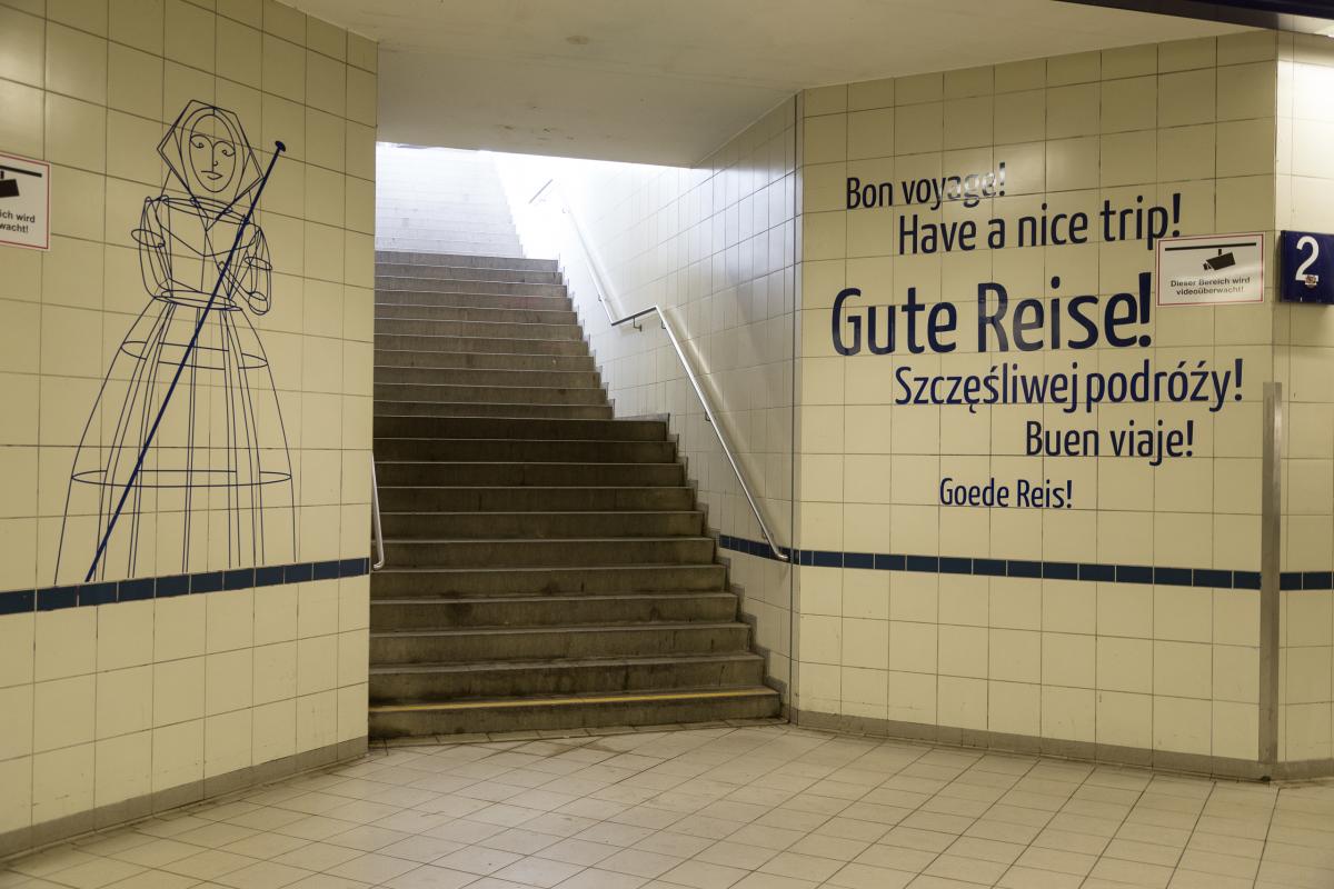 Unterf%C3%BChrung_im_Bahnhof_L%C3%BCbbenau-Spreewald_20160414.jpg