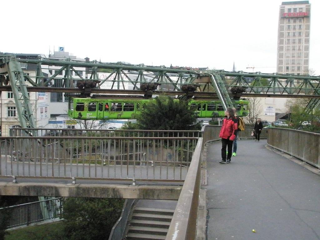 Wuppertaler Schwebebahn Ein Hingucker.jpg