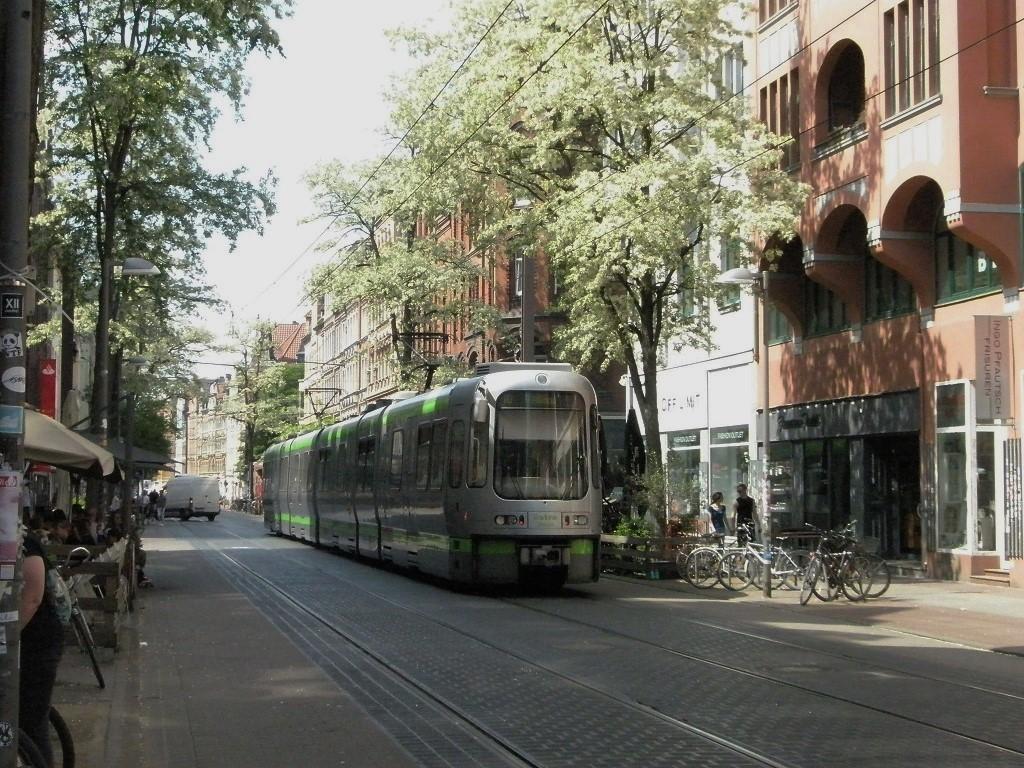 HBS-Limmer Haltestelle Leinaustraße 2018 mit Bahn.jpg