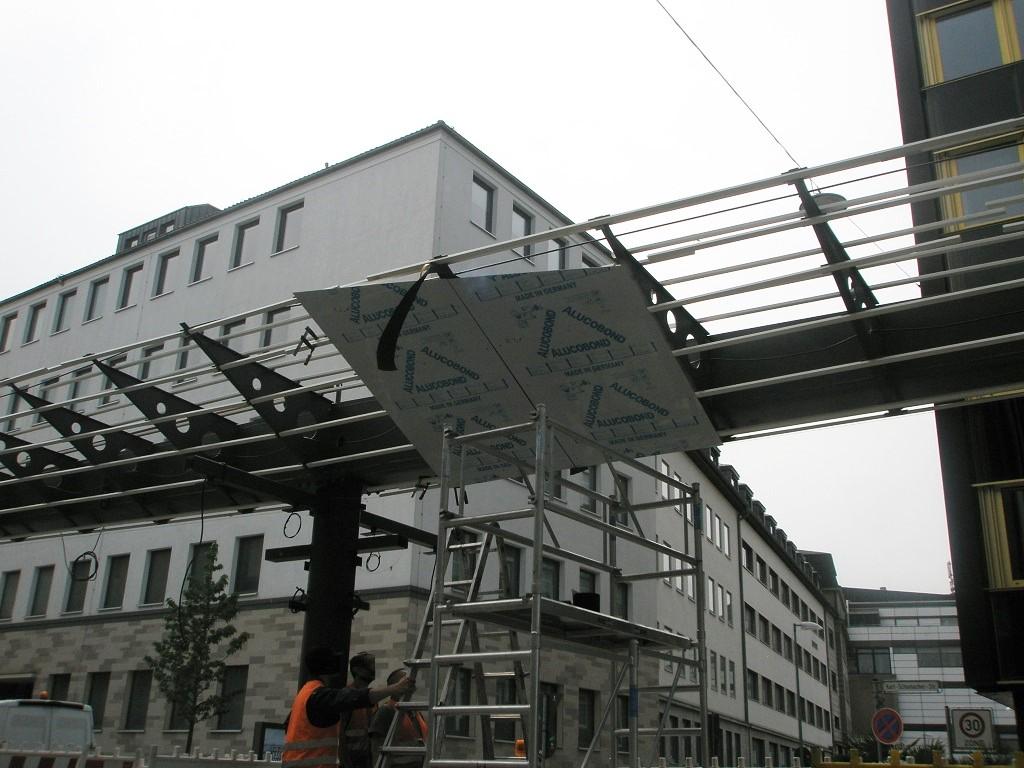 Proj 10 17 Hochbahnsteig Rosenstraße Erste Alublech-Verkleidungen Juni 17.jpg
