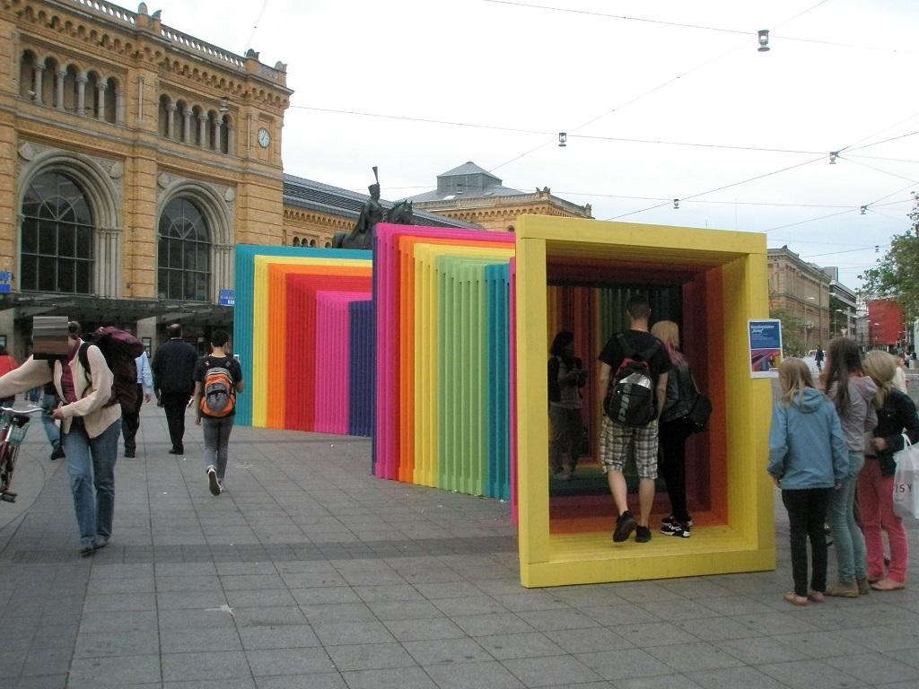 2017 Juni Abweg begehbares Kunstobjekt auf dem Bahnhofsvorplatz.jpg