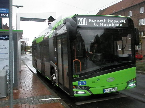 2016 Solaris E-Bus an dere Stromtankstelle.jpg